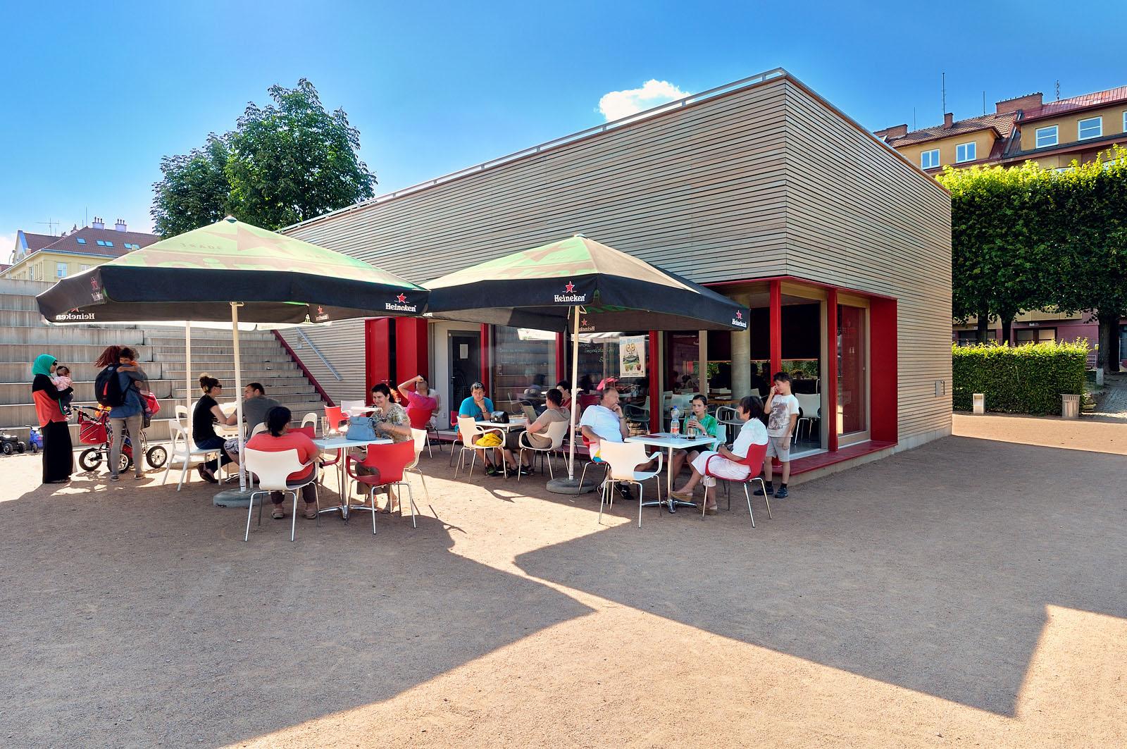 Kavárna v parku na Slovanském náměstí | Brno | 02